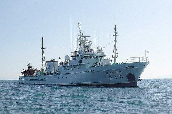 국방부가 서해 북방한계선(NLL) 인근 해상에서 어업지도 업무를 하다 돌연 실종된 해양수산부 소속 공무원이 북한 측의 총격을 받고 숨졌다고 24일 밝혔다. 사진은 북방한계선(NLL) 인근 소연평도 남방 1.2마일 해상에서 업무중 실종된 서해어업지도관리단 소속 어업지도 공무원 A씨(47)가 탑승한 어업지도선 무궁화 10호(499톤) 모습. 뉴스1