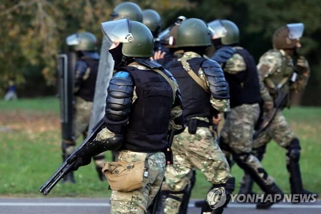 (민스크 AFP=연합뉴스) 시위대 진압 나선 보안요원들