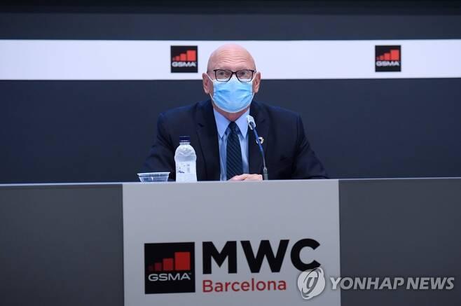 기자회견 하는 존 호프만 세계이동통신사업자협회(GSMA) 회장 (바르셀로나=AFP 연합뉴스) 세계 최대 모바일 박람회 '모바일 월드 콩그레스'(MWC)를 주최하는 세계이동통신사업자협회(GSMA) 존 호프만 회장이 23일(현지시간) 스페인 바르셀로나에서 기자회견을 하는 모습. GSMA는 애초 2021년 3월 첫째 주로 계획하고 있던 MWC 21 개최를 같은 해 6월 28일∼7월 1일로 미루기로 했다고 밝혔다. 2020.9.23
