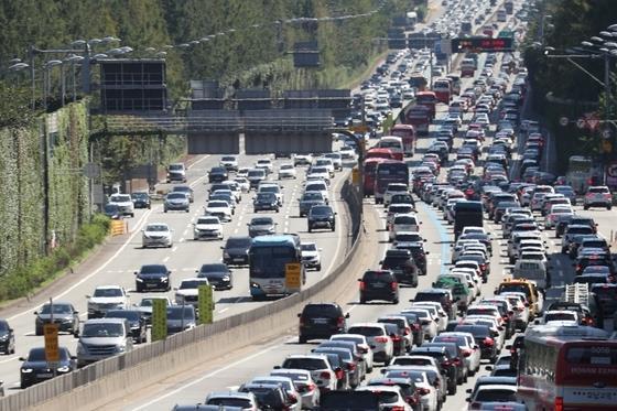정부는 올해 추석 연휴 이동을 자제시키기 위해 고속도로 통행료를 면제해주지 않기로 했다.뉴스1