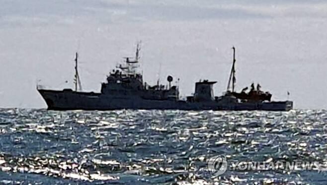 연평도 인근 해상에 정박한 무궁화 10호 (인천=연합뉴스) 인천해양경찰서는 25일 오전부터 수사관 7명을 소연평도 인근 해상에 있는 무궁화 10호로 보내 선내 조사를 하고 있다고 밝혔다. 이 선박은 사망한 해양수산부 산하 서해어업지도관리단 소속 어업지도원 A(47)씨가 타고 있던 선박이다. 군과 정보 당국은 A씨가 월북을 시도하다가 북측 해상에서 표류했고, 지난 22일 북측의 총격을 받고 사망했다고 밝혔다. 사진은 연평도 인근 해상에 정박한 무궁화 10호 모습. 2020.9.25 [인천해양경찰서 제공. 재판매 및 DB 금지] tomatoyoon@yna.co.kr