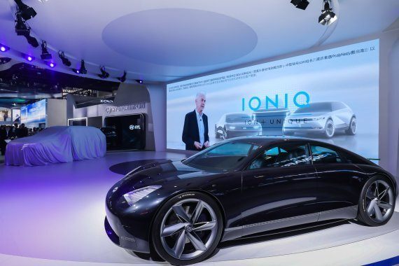 현대자동차가 26일(현지시간) 중국 베이징국제전시센터에서 열린 '2020 제16회 베이징 국제 모터쇼'에서 중국 전용 기술브랜드 'H SMART+'의 본격적인 행보를 알리고 전략차종 신형 투싼(중국명 투싼L)과 중국형 아반떼(엘란트라)를 공개하고 있다. 사진=현대차 제공