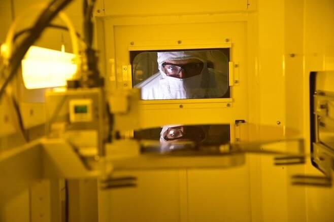 미국 오리건주 힐스보로 인텔공장의 생산라인에서 직원이 일하고있는 모습./ Intel Corporation