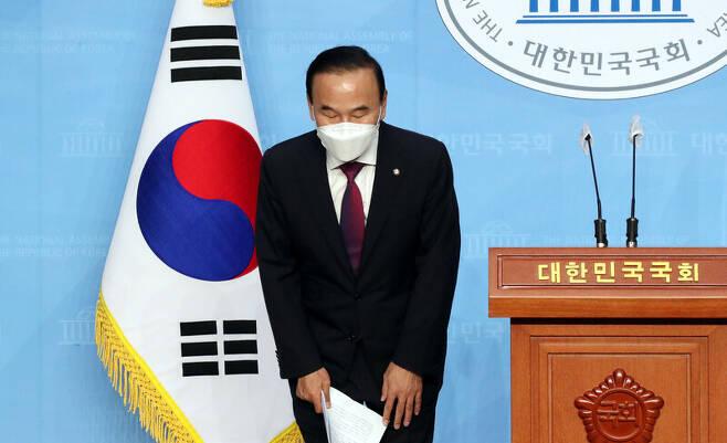 박덕흠 무소속 의원이 23일 오후 국회 소통관에서 탈당 기자회견을 하기 전 인사하고 있다. 연합뉴스
