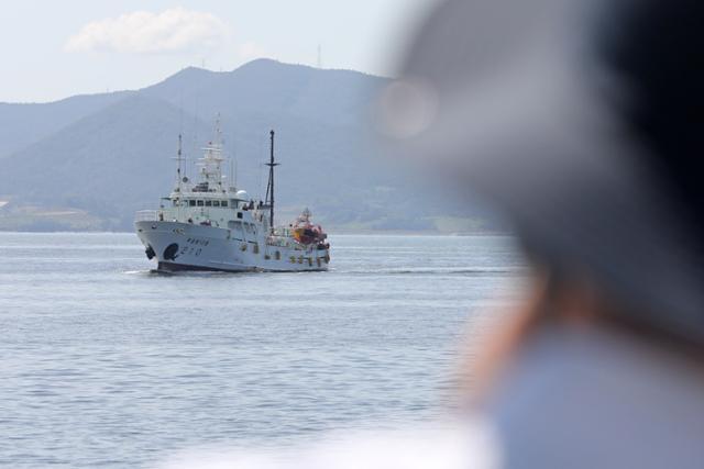 북한 해상에서 총격을 맞고 숨진 해양수산부 서해어업관리단 공무원이 탑승했던 어업지도선 무궁화10호가 27일 전남 목포시 국가어업지도선 전용부두에 입항하고 있다. 목포=뉴스1