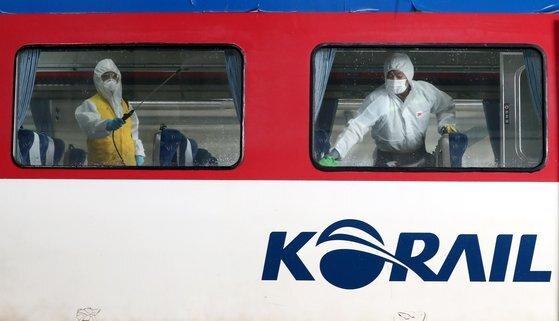 추석 명절을 앞두고 23일 오후 대전 대덕구 한국철도공사 대전차량사업소에서 직원들이 운행을 앞둔 열차를 소독하고 있다. 뉴스1