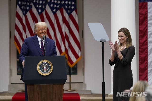 [워싱턴=AP/뉴시스] 26일(현지시간) 백악관 로즈가든에서 도널드 트럼프 미국 대통령이 신임 연방대법관으로 지명된 에이미 코니 배럿을 소개하고 있다. 2020.09.27