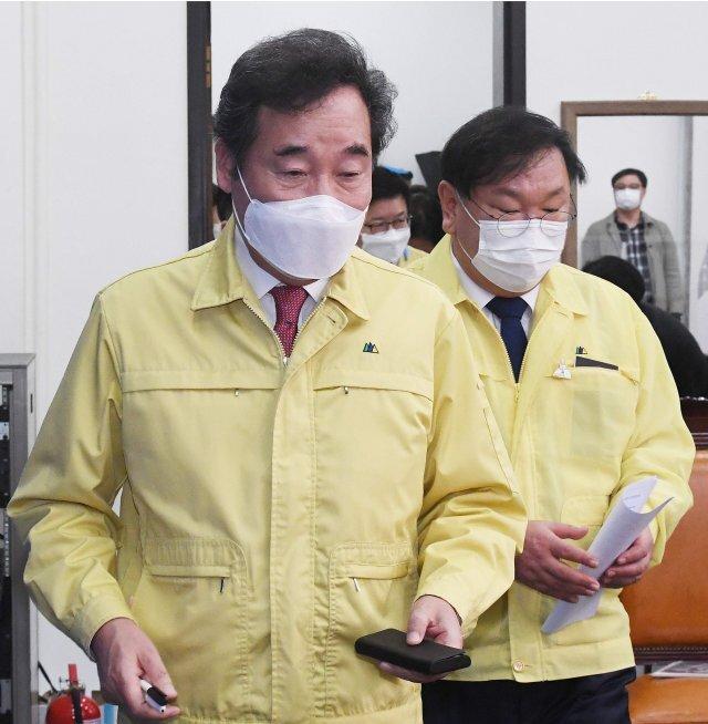 이낙연 더불어민주당 대표(왼쪽)와 김태년 원내대표가 이달 28일 국회에서 열린 최고위원회의에 참석하고 있다. 사진공동취재단