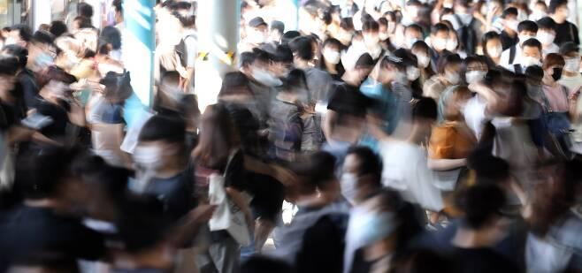 서울 지하철 신도림역에서 시민들이 마스크를 쓰고 이동하고 있다. 연합뉴스