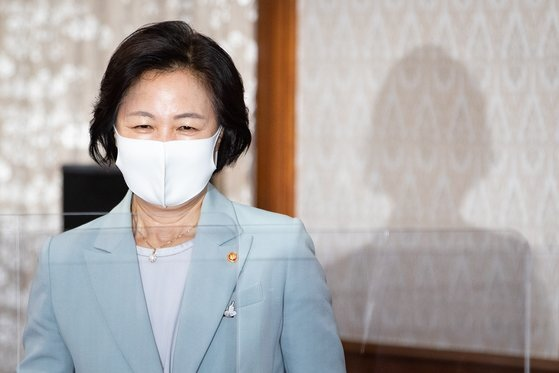추미애 법무부 장관이 29일 서울 종로구 정부서울청사에서 열린 국무회의에 참석하고 있다. [뉴스1]
