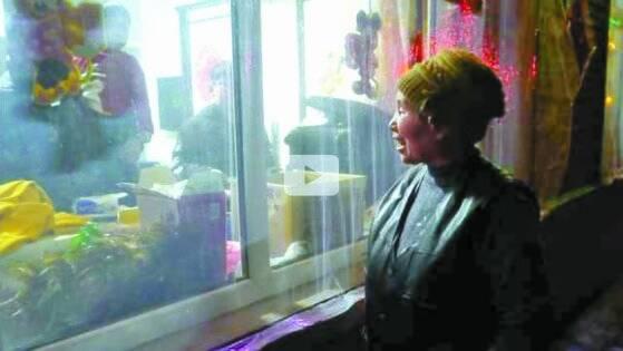 중국 후베이성에 시집 갔다 10년 만에 고향을 찾은 딸 가족을 창문으로만 봐야 하는 할머니. '코로나19'가 낳은 중국 춘제 농촌 풍경이다. [환구시보 웨이보 캡쳐]