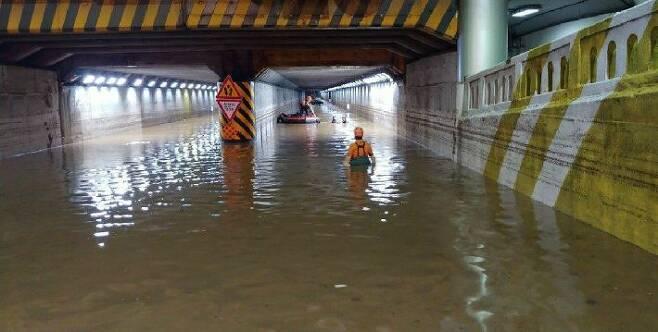 지난 7월 23일 폭우로 물에 잠긴 부산 동구 초량제1지하차도에서 구조대가 지하차도에 갇힌 시민들을 구조하고 있다. 이곳에서 시민 3명이 목숨을 잃었다.(사진=부산경찰청 제공)