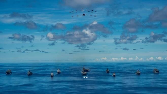 필리핀해에서 '용감한 방패' 작전 벌이는 미군 함정과 B-1B 등 군용기들 [미 태평양함대 홈페이지. 재판매 및 DB 금지]