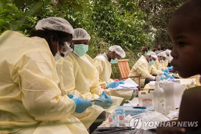 콩고민주공화국에서 에볼라 바이러스가 유행했을 당시 보건당국 관계자들이 현장에서 보호장구를 착용한 채 일하는 모습. 기사 내용과 직접적 관련 없음. [EPA=연합뉴스 자료사진]