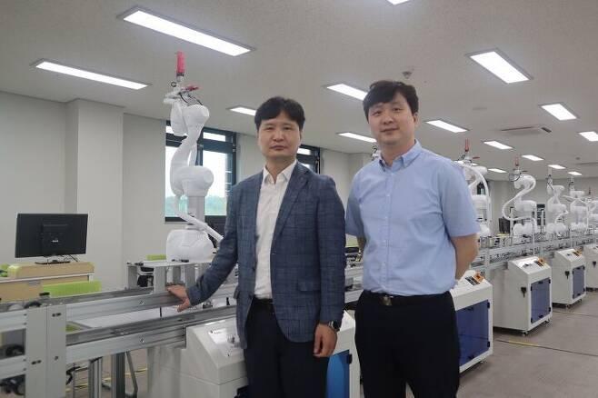 한국폴리텍 로봇캠퍼스 로봇자동화과 김현돈(왼쪽), 박주열 교수 /더비비드