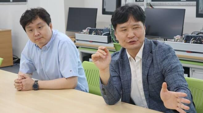 인터뷰 하는 박주열(왼쪽), 김현돈 교수 /더비비드