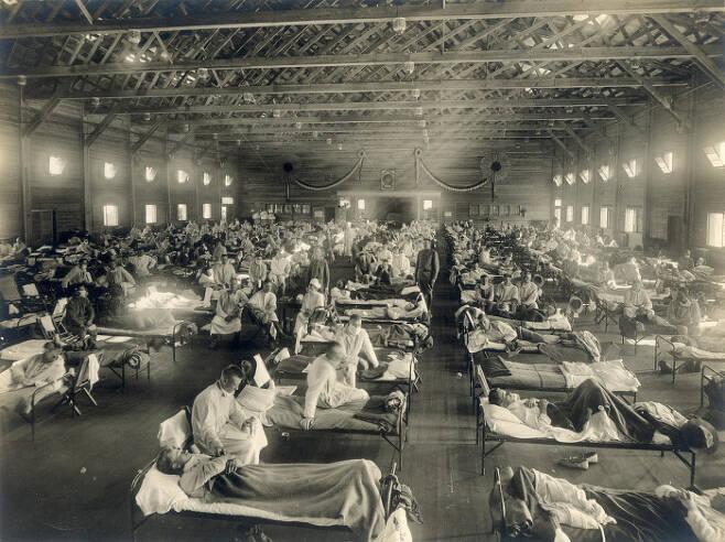 1918년 미국 캔자스주의 캠프 펀스턴 군 병원에서 군인들이 새로 발병한 독감으로 치료를 받고 있다. 위키피디아