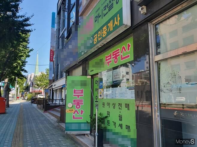 고려대학교 인근 부동산 중개업소에 공실 전단지가 붙어있다. /사진=김신혜 기자