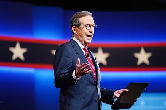 크리스 월리스 폭스뉴스 앵커는 2020년 미국 대통령 선거 TV 토론 첫 진행자로 나섰다. 그는 트럼프 대통령을 제대로 제지하지 못했다고 시인했다. [EPA=연합뉴스]