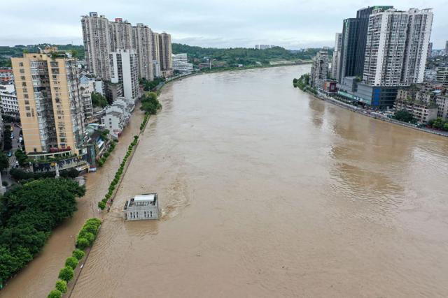8월 중국 쓰촨성 네이장시의 하천인 퉈장이 폭우로 수위가 상승하면서 범람하고 있다. 네이장 AFP=연합뉴스