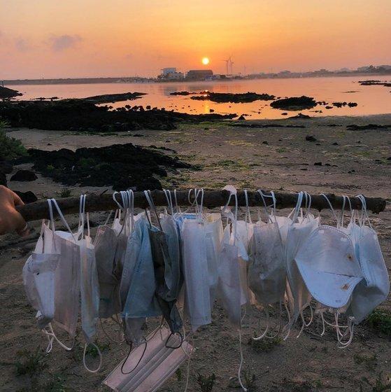 지난달 21일 김녕성세기해변에서 세이브제주바다 활동가들이 수거한 마스크 쓰레기들. 세이브제주바다 제공