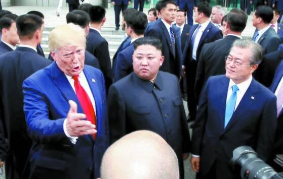 지난 2019년 6월 30일 문재인 대통령(오른쪽)과 김정은 북한 국무위원장(가운데), 도널드 트럼프 미국 대통령(왼쪽_이 경기 파주 판문점 공동경비구역(JSA) 자유의 집 앞에서 이야기를 나누고 있다. [중앙포토]