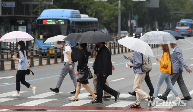 [서울=뉴시스] 조수정 기자 = 가을비가 내린 지난달 16일 오전 서울 종로구 세종로 네거리에서 시민들이 우산을 쓰고 걸어가고 있다. 2020.09.16.  chocrystal@newsis.com