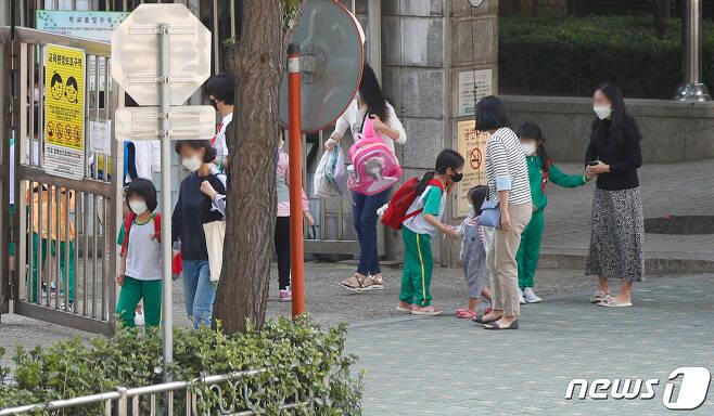 서울 한 초등학교에서 학생들이 하교하고 있다. 2020.9.21/뉴스1 © News1 안은나 기자