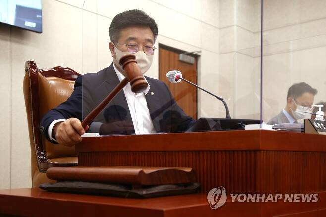 의사봉 두드리는 윤호중 법사위원장 [연합뉴스 자료사진]