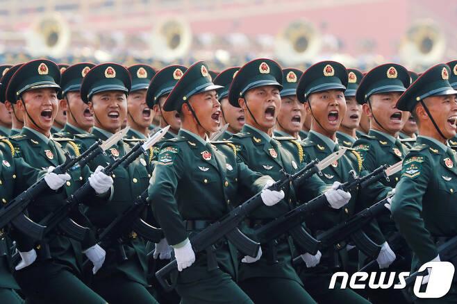 천안문에서 열린 건국 70주년 열병식에서 군인들이 구호를 외치고 있다. © 로이터=뉴스1 ©