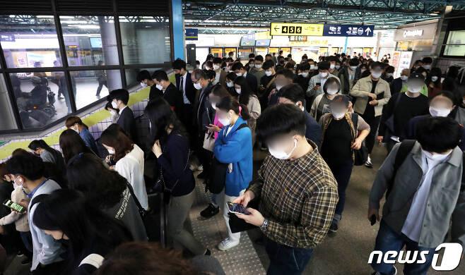 추석 명절 연휴가 끝나고 새로운 한 주를 맞이한 5일 오전 서울 구로구 신도림역 1호선 승강장에서 마스크를 한 시민들이 출근길 발걸음을 바쁘게 옮기고 있다./뉴스1 © News1 민경석 기자