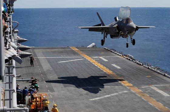 2018년 오키나와 인근 해역에서 미국 강습상륙함 와스프(WASP)함에 수직 착륙하는 F-35B 스텔스 전투기. [로이터]