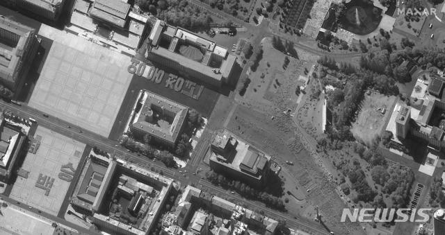 [평양=AP/뉴시스]17일 맥사테크놀로지스가 제공한 위성 사진에 북한 평양의 김일성 광장에서 열병식 연습하는 장면이 보인다. 2020.09.18.