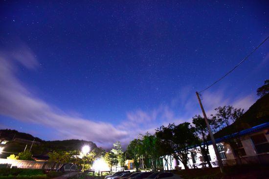 영화 '선생 김봉두' 촬영지인 폐교된 연포분교에서 바라본 밤하늘의 별빛이 장관이다