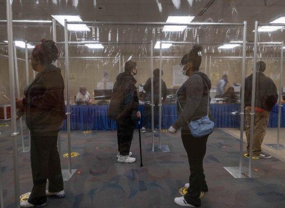 미국 오하이오주에서 6일(현지시간) 유권자들이 사전 투표를 하기 위해 일정한 간격을 유지한 채 대기하고 있다. [연합뉴스]