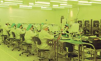 방산용 초고주파 송수신기 생산 전문업체인 브로던 김연은 대표가 세계를 놀라게 한 'AESA 레이더 송수신 모듈'에 대해 설명하고 있다(위). 아래는 브로던의 레이더 모듈 생산공장 내부. 품질 유지를 위해 반도체 생산라인을 방불케 할 정도의 클린룸으로 운영되고 있다. 이상섭 기자