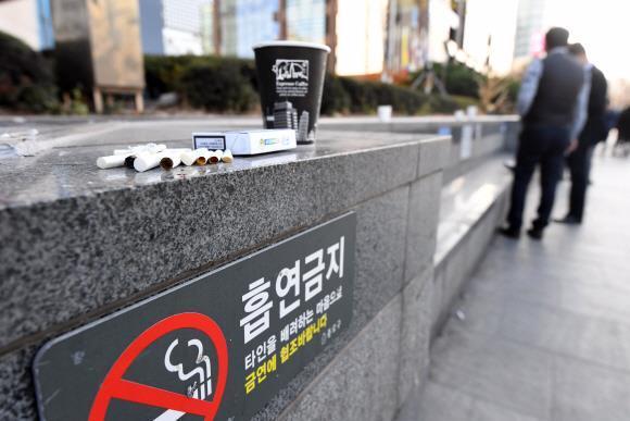서울시내에 있는 금연구역에 담배갑과 담배꽁초 등이 널부러져 있다. 서울신문 DB