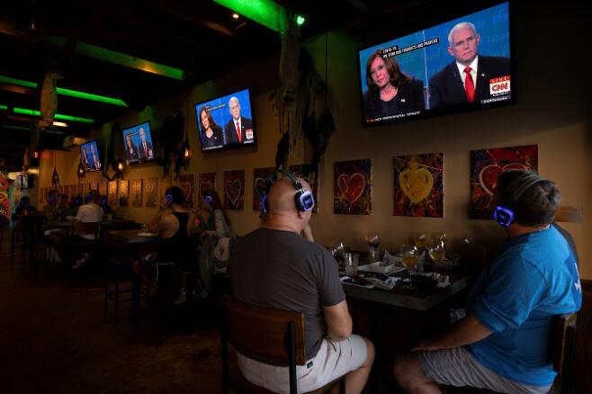 미국 캘리포니아주 샌디에이고의 한 주점에서 7일(현지시간) 손님들이 모여 마이크 펜스 부통령과 카멀라 해리스 상원의원간 부통령 후보 TV 토론을 지켜보고 있다. (사진=로이터/연합뉴스 제공)