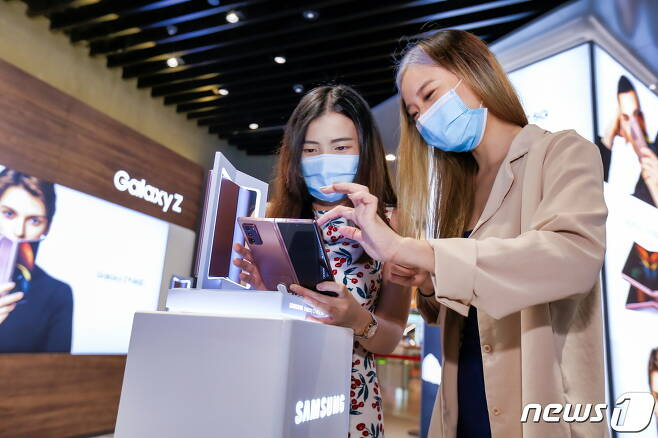 삼성전자가 폴더블폰 '갤럭시 Z 폴드2(Galaxy Z Fold2)'를 18일 전세계에 본격 출시한다. '갤럭시 Z 폴드2'는 이날 미국 싱가포르 태국 영국·프랑스 등 유럽 주요 국가에서 출시되며, 10월 말까지 80여개국에서 출시될 예정이다. 싱가포르의 유명 쇼핑센터 비보시티(ViVo City)에 위치한 삼성 익스피리언스 스토어에서 시민들이 '갤럭시 Z 폴드2'를 체험하고 있다. (삼성전자 제공) 2020.9.18/뉴스1