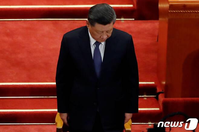 21일 인민대회당에서 열린 정협 개막식에 참석한 시진핑 주석이 코로나19 희생자를 위한 묵념을 하고 있다. © 로이터=뉴스1 © News1 박형기 기자