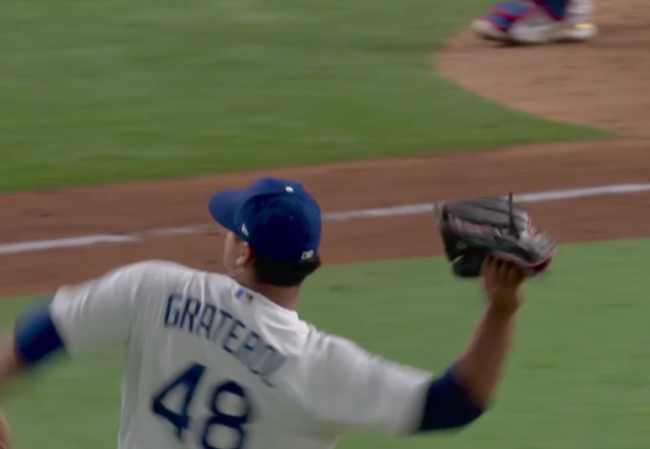 [사진] 벨린저의 호수비 직후 글러브를 던지는 그라테롤 /MLB TV 중계화면 캡처