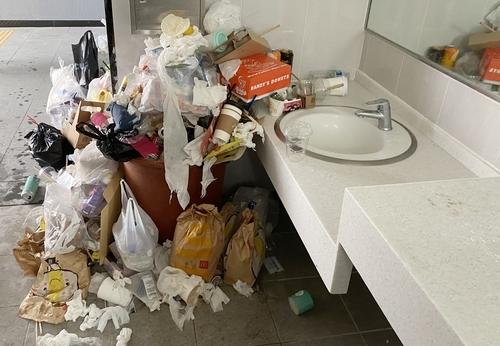 지난 2일 제주시 한림읍 협재해수욕장 화장실에 버려진 쓰레기 [촬영 백나용]