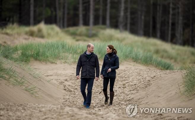 해변 청소 캠페인에 참여한 영국 윌리엄 왕세손과 케이트 미들턴 왕세손빈 [EPA=연합뉴스]
