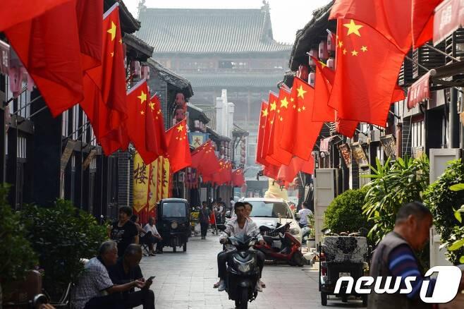 중국인들이 10월 1일 국경절을 맞아 국기인 오성홍기를 걸었다. © AFP=뉴스1 © News1