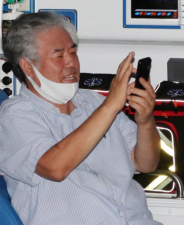 8월 17일 전광훈 사랑제일교회 목사가 서울 성북구 자신의 사택 인근에서 구급 차량에 탑승하고 있다. 뉴스1