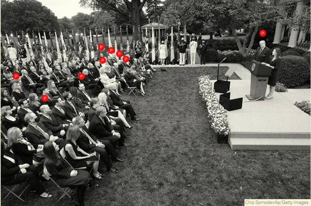 트럼프 대통령이 로즈가든에서 열린 행사에서 에이미 코니 배럿 판사를 대법관에 지명했다고 발표하기 전, 백악관은 26개의 신속한 테스트를 통해 참석자를 선별했다고 밝혔지만, 결국 최소 12명의 참석자가 코로나19에 확진됐습니다.  (사진출처) www.nytimes.com
