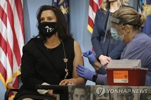 독감 백신 접종 촉구하는 휘트머 미국 미시간 주지사 [AP=연합뉴스 자료사진]