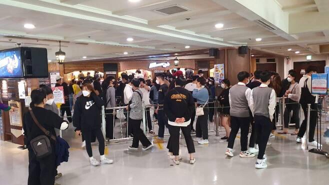 9일 오후 1시 30분쯤 서울 롯데월드의 인기 롤러코스터 '후렌치 레볼루션'에 100여명의 고객이 길게 줄을 서 있다. 대기 시간은 약 40분이 소요됐다. /원우식 기자