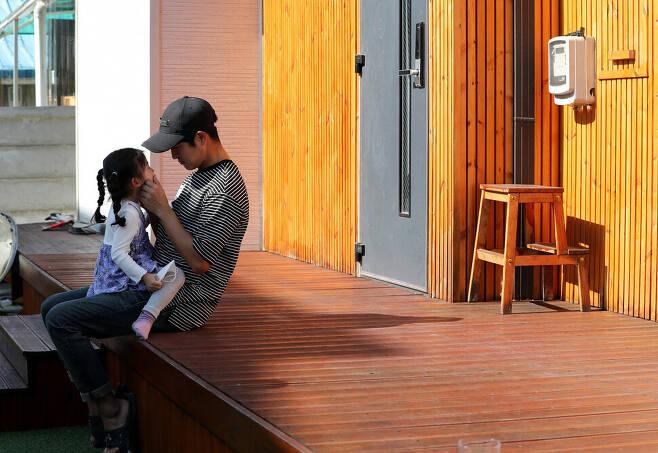 지난달 28일 자택에서 만난 김영길씨와 딸. 춘천/이종근 기자 root2@hani.co.kr