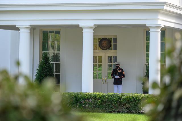 9일 도널드 트럼프 미국 대통령의 집무실이 위치한 백악관 웨스트윙 현관 앞을 해병대원이 지키고 있다. 워싱턴=EPA 연합뉴스
